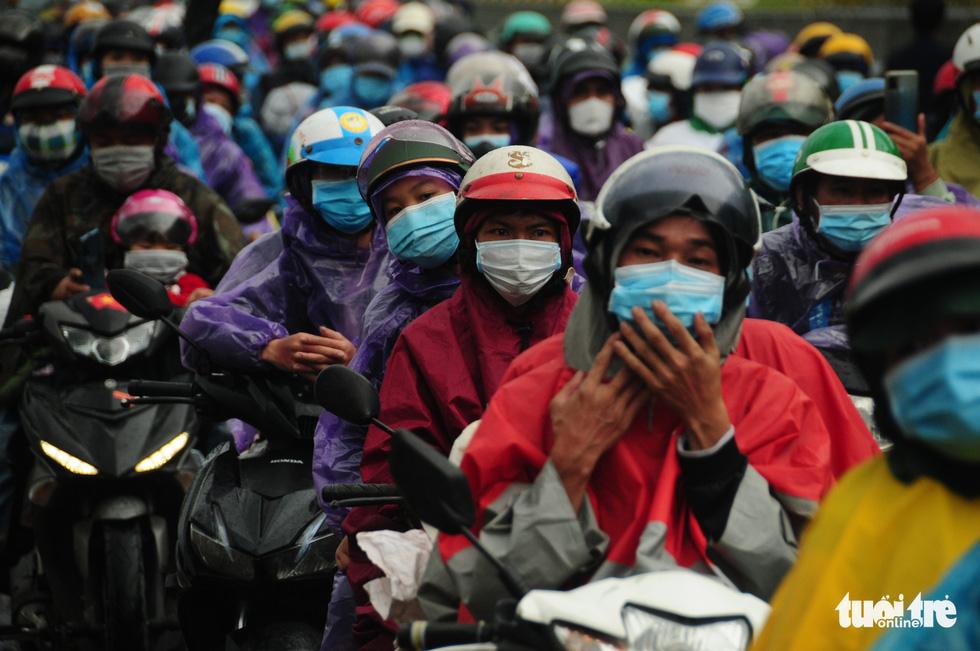 CSGT dẫn đoàn xe máy qua hầm Hải Vân để về quê - Ảnh 5.