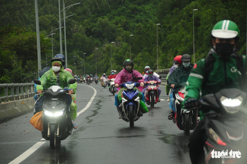 CSGT dẫn đoàn xe máy qua hầm Hải Vân để về quê - Ảnh 6.