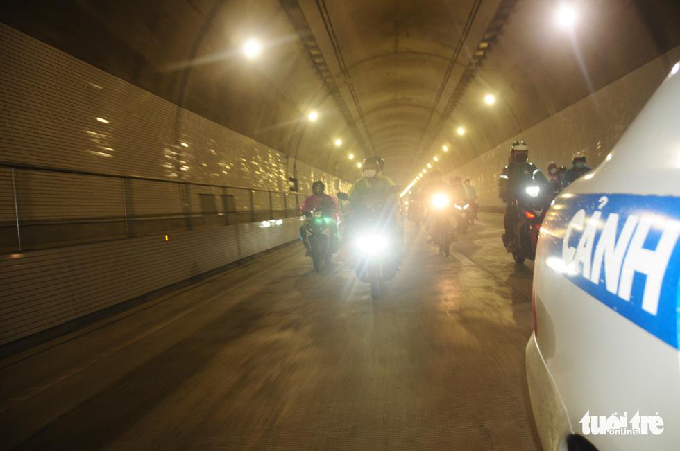 CSGT dẫn đoàn xe máy qua hầm Hải Vân để về quê - Ảnh 7.