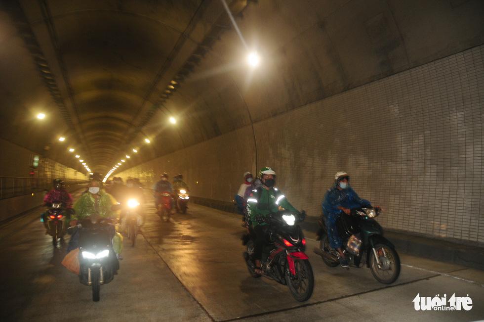 CSGT dẫn đoàn xe máy qua hầm Hải Vân để về quê - Ảnh 8.