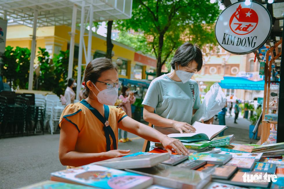 Bạn trẻ tham quan đường sách TP.HCM trong ngày đầu đón khách trở lại - Ảnh 5.