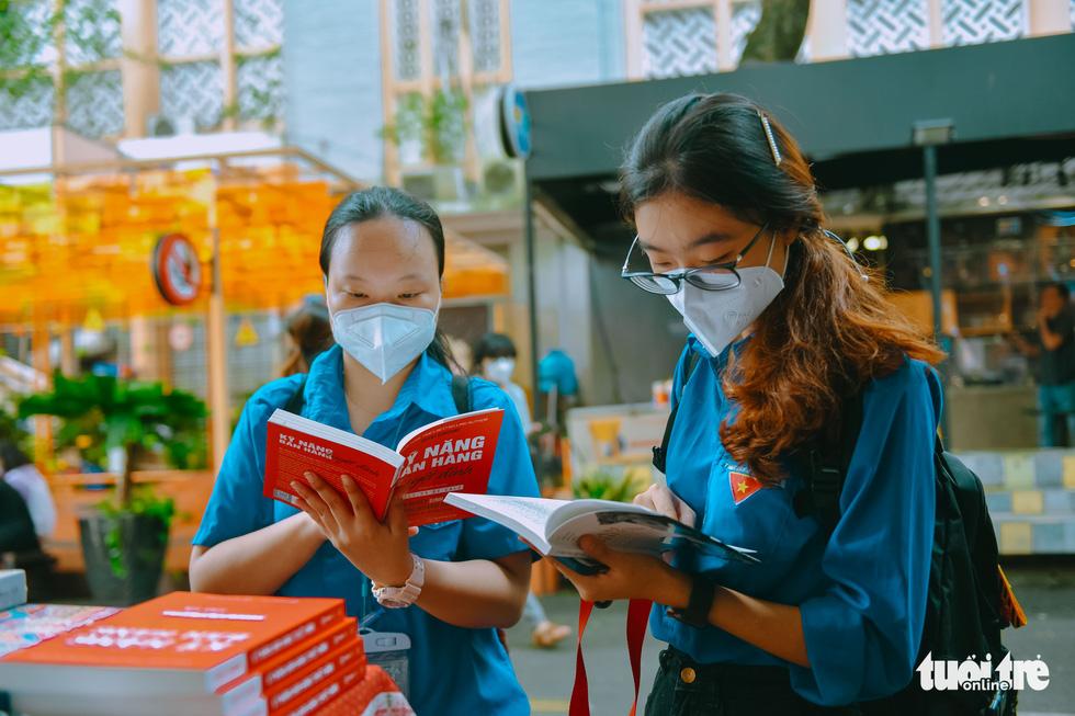 Bạn trẻ tham quan đường sách TP.HCM trong ngày đầu đón khách trở lại - Ảnh 4.