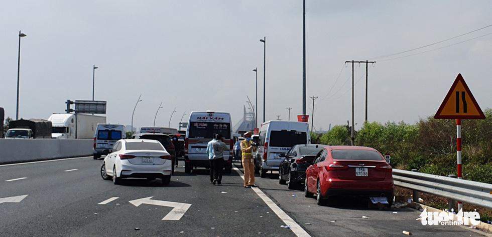 Xe dù bến cóc chặt chém gần chốt kiểm soát cầu Bạch Đằng - Ảnh 4.