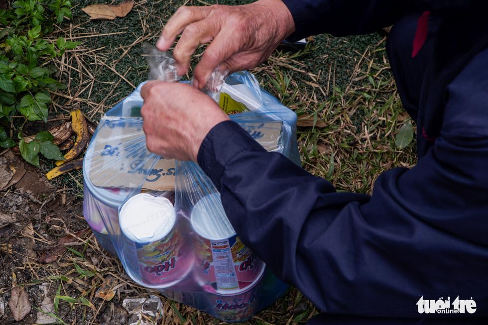 Ông nội 67 tuổi vượt gần 40km gửi đồ cho cháu lớp 3 trong khu cách ly - Ảnh 2.