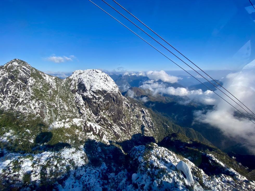 Du khách nườm nượp lên Fansipan chụp ảnh tuyết ngày cuối năm - Ảnh 2.