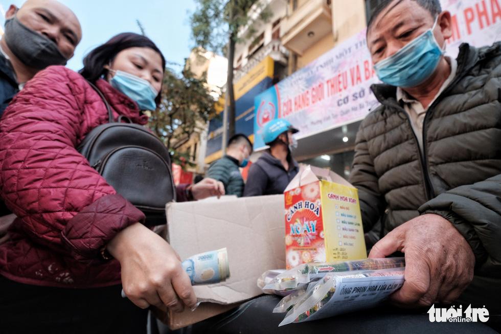 Người Hà Nội chen nhau mua pháo hoa về chơi Tết - Ảnh 3.