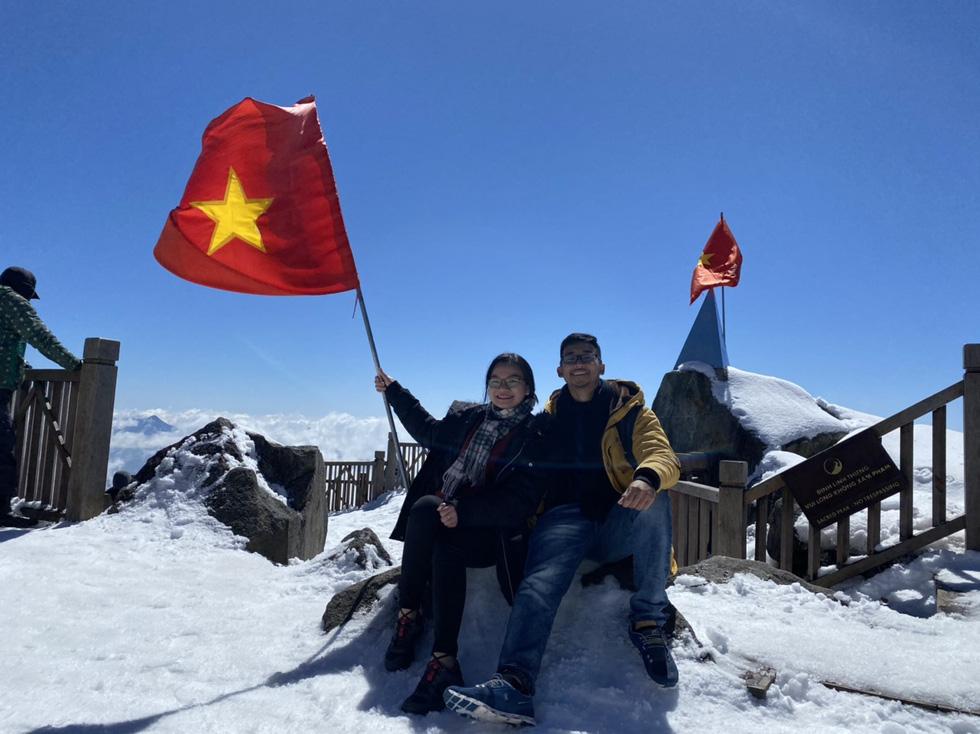 Du khách nườm nượp lên Fansipan chụp ảnh tuyết ngày cuối năm - Ảnh 4.