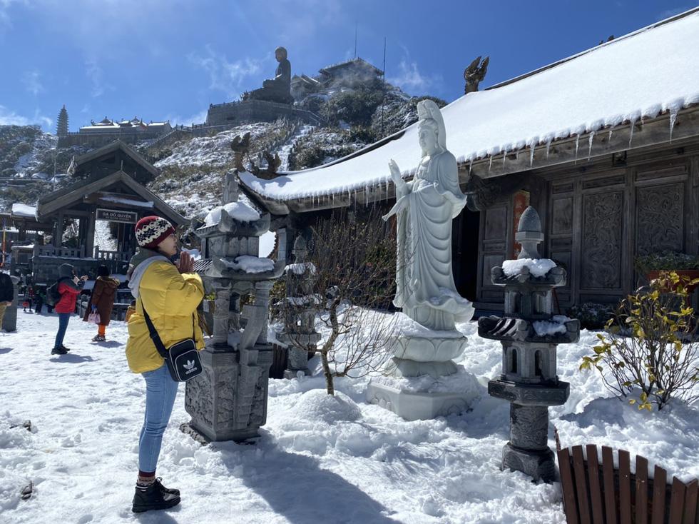 Du khách nườm nượp lên Fansipan chụp ảnh tuyết ngày cuối năm - Ảnh 5.