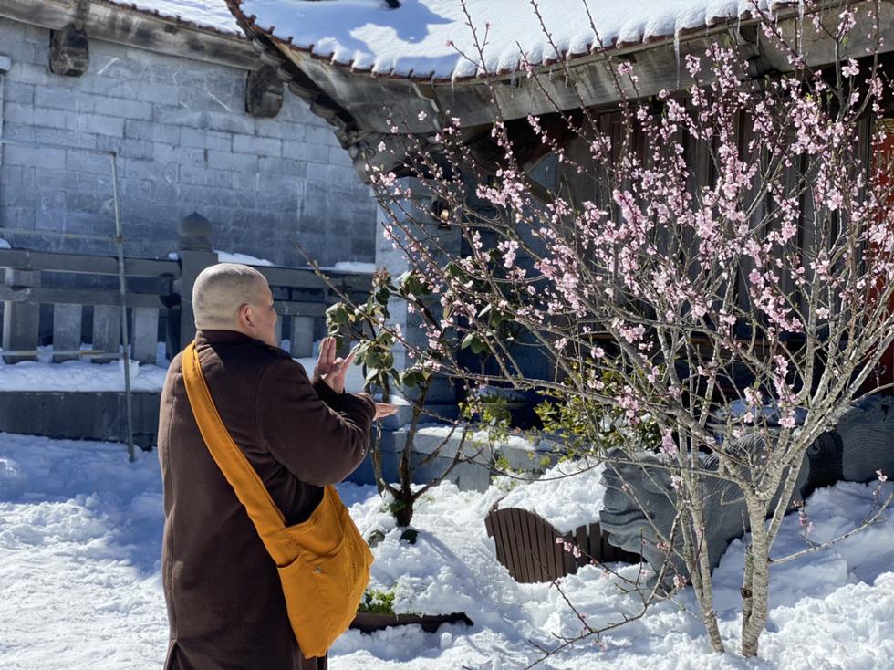 Du khách nườm nượp lên Fansipan chụp ảnh tuyết ngày cuối năm - Ảnh 6.