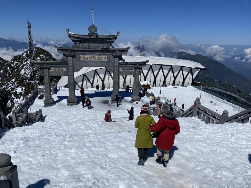 Du khách nườm nượp lên Fansipan chụp ảnh tuyết ngày cuối năm - Ảnh 7.