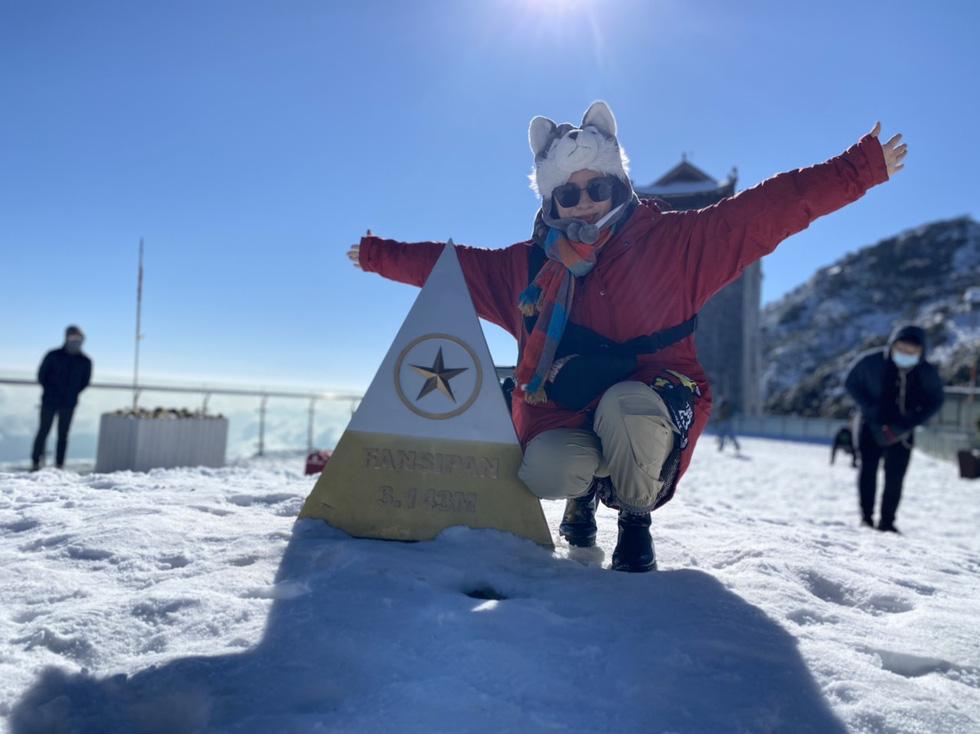 Du khách nườm nượp lên Fansipan chụp ảnh tuyết ngày cuối năm - Ảnh 1.