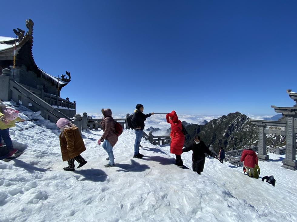Du khách nườm nượp lên Fansipan chụp ảnh tuyết ngày cuối năm - Ảnh 8.