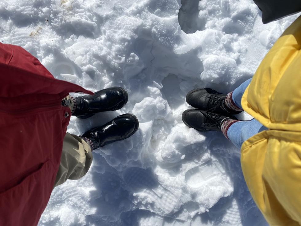 Du khách nườm nượp lên Fansipan chụp ảnh tuyết ngày cuối năm - Ảnh 9.