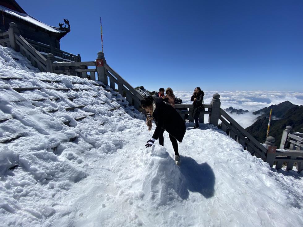 Du khách nườm nượp lên Fansipan chụp ảnh tuyết ngày cuối năm - Ảnh 10.