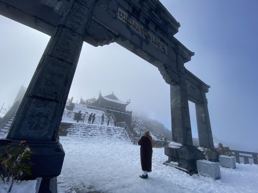 Du khách nườm nượp lên Fansipan chụp ảnh tuyết ngày cuối năm - Ảnh 11.