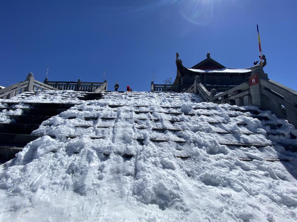 Du khách nườm nượp lên Fansipan chụp ảnh tuyết ngày cuối năm - Ảnh 13.