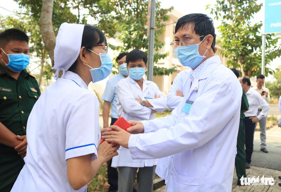 Thứ trưởng Bộ Y tế chúc Tết y bác sĩ Bệnh viện dã chiến Củ Chi - Ảnh 5.