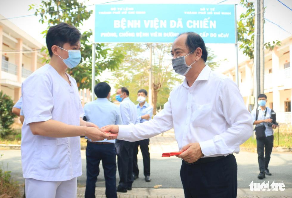 Thứ trưởng Bộ Y tế chúc Tết y bác sĩ Bệnh viện dã chiến Củ Chi - Ảnh 3.