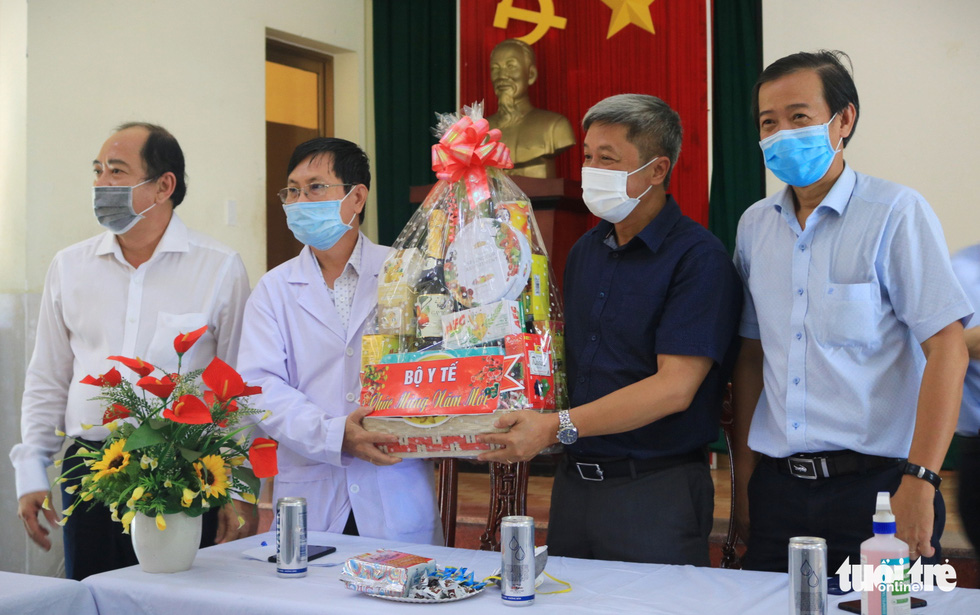 Thứ trưởng Bộ Y tế chúc Tết y bác sĩ Bệnh viện dã chiến Củ Chi - Ảnh 2.