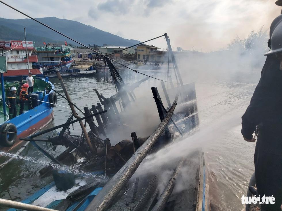 Mùng 3 Tết, 3 tàu cá ở cảng cá Thọ Quang bốc cháy dữ dội - Ảnh 6.