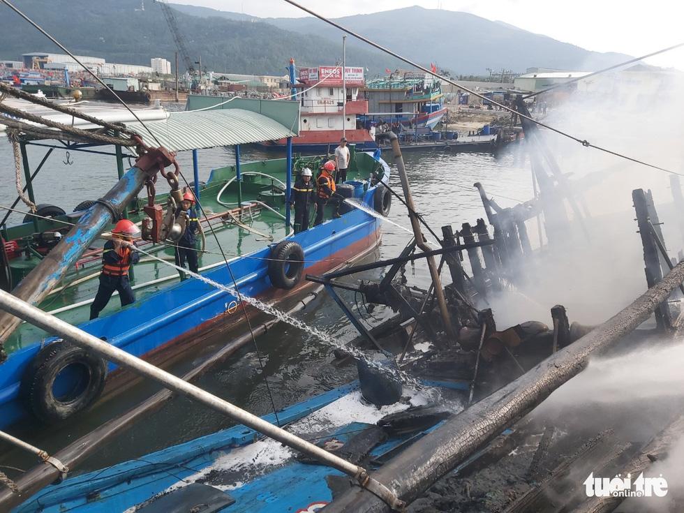 Mùng 3 Tết, 3 tàu cá ở cảng cá Thọ Quang bốc cháy dữ dội - Ảnh 4.