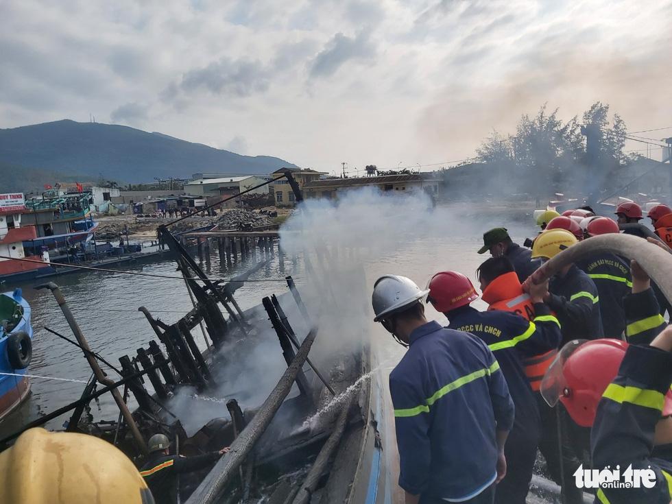 Mùng 3 Tết, 3 tàu cá ở cảng cá Thọ Quang bốc cháy dữ dội - Ảnh 3.