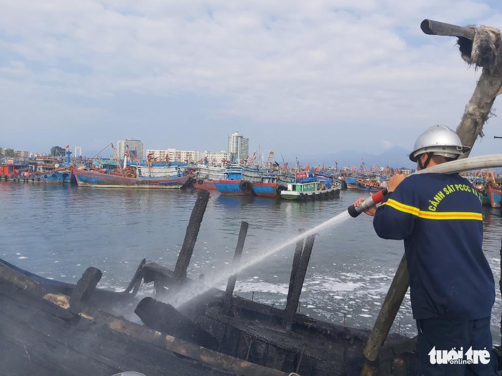 Mùng 3 Tết, 3 tàu cá ở cảng cá Thọ Quang bốc cháy dữ dội - Ảnh 5.