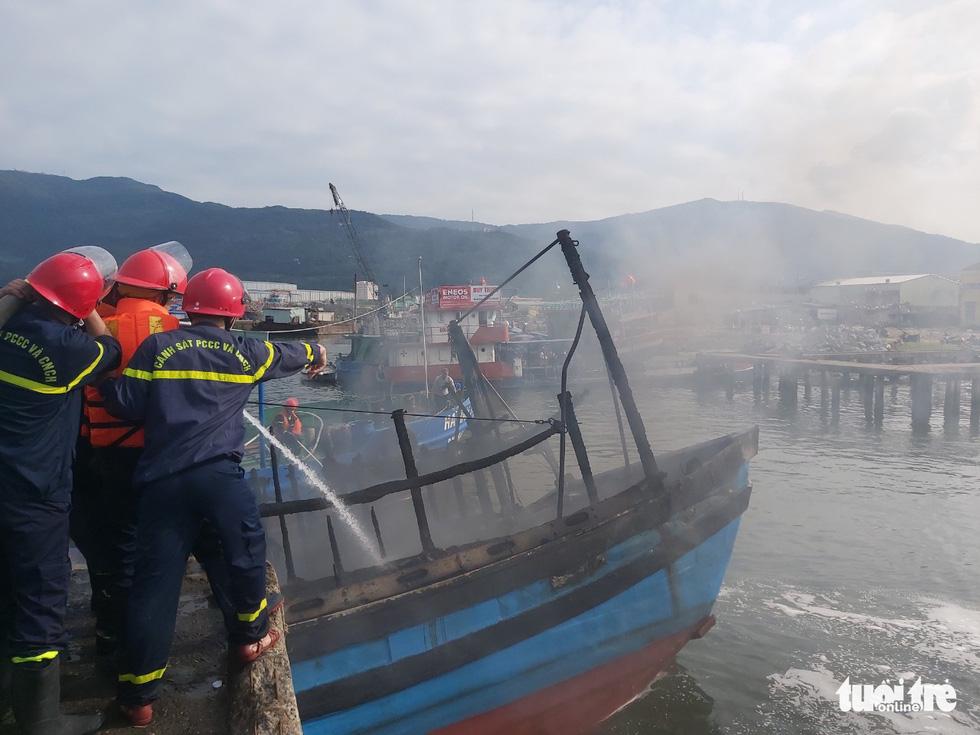 Mùng 3 Tết, 3 tàu cá ở cảng cá Thọ Quang bốc cháy dữ dội - Ảnh 2.