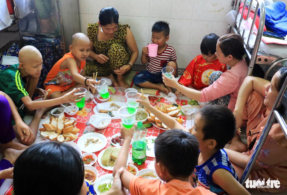 Ấm áp bữa ăn đầu năm cho bệnh nhi ung thư - Ảnh 2.