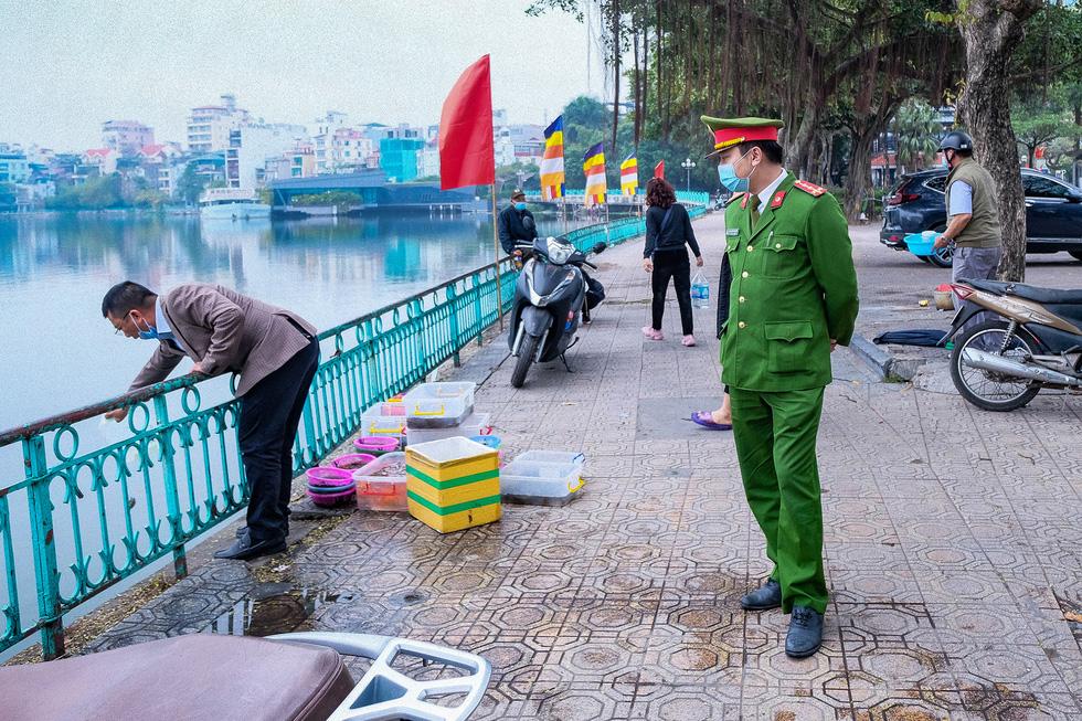 Đền chùa Hà Nội đóng cửa, người hành hương vái vọng, nhét tiền qua khe cổng - Ảnh 5.