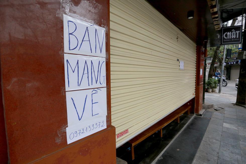 Đền chùa Hà Nội đóng cửa, người hành hương vái vọng, nhét tiền qua khe cổng - Ảnh 10.