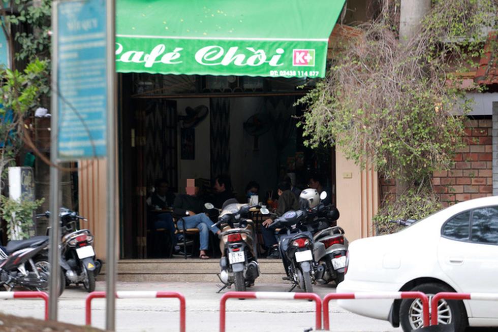 Đền chùa Hà Nội đóng cửa, người hành hương vái vọng, nhét tiền qua khe cổng - Ảnh 11.