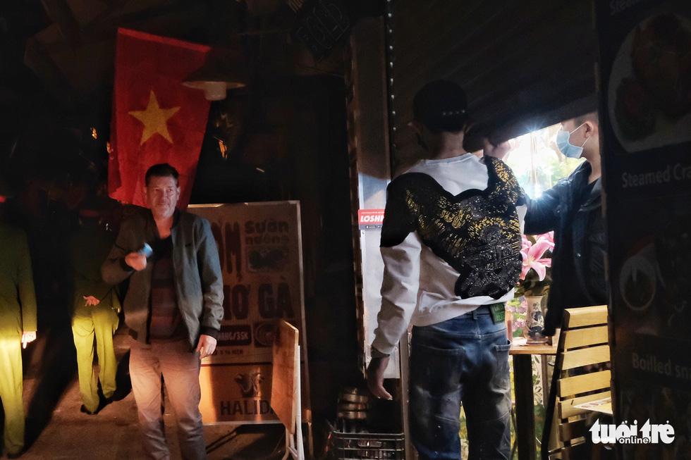 Hàng quán Hà Nội lúc 0h ngày 16-2 đồng loạt dọn bàn xếp ghế, đóng cửa - Ảnh 4.