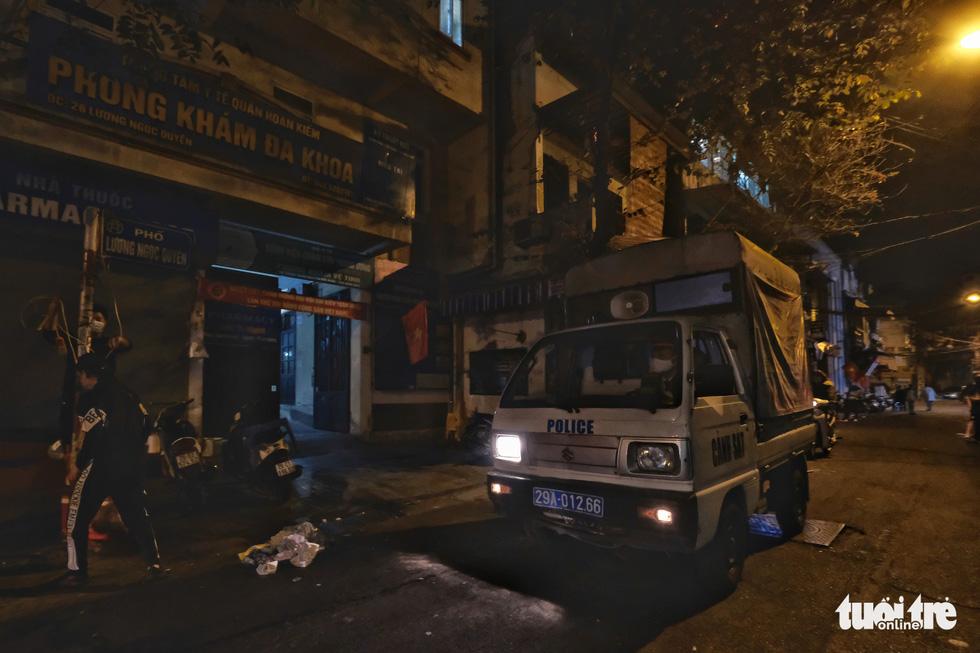 Hàng quán Hà Nội lúc 0h ngày 16-2 đồng loạt dọn bàn xếp ghế, đóng cửa - Ảnh 5.