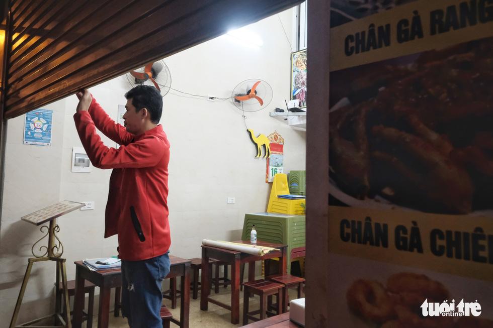 Hàng quán Hà Nội lúc 0h ngày 16-2 đồng loạt dọn bàn xếp ghế, đóng cửa - Ảnh 1.