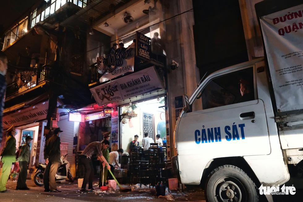 Hàng quán Hà Nội lúc 0h ngày 16-2 đồng loạt dọn bàn xếp ghế, đóng cửa - Ảnh 6.