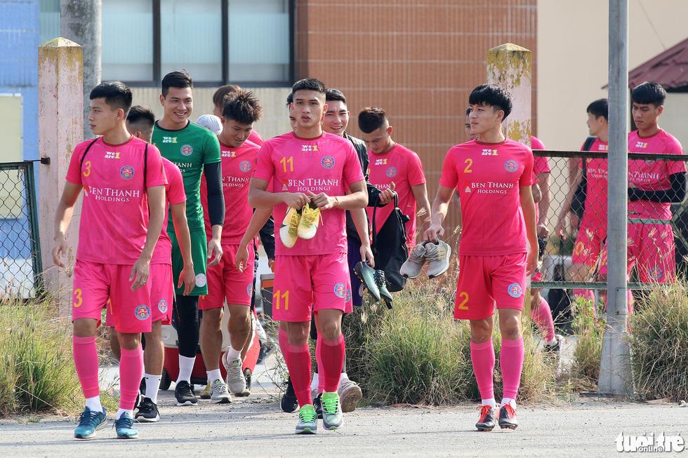 CLB Sài Gòn gây bất ngờ ở vị trí chỉ đạo trong buổi tập khai xuân 2021 - Ảnh 3.