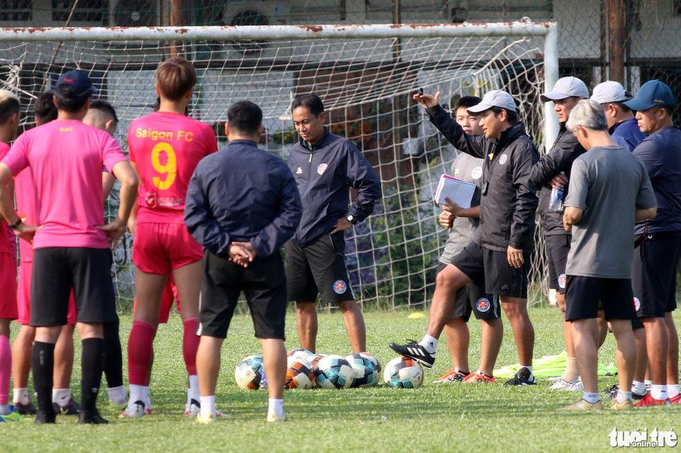 CLB Sài Gòn gây bất ngờ ở vị trí chỉ đạo trong buổi tập khai xuân 2021 - Ảnh 4.