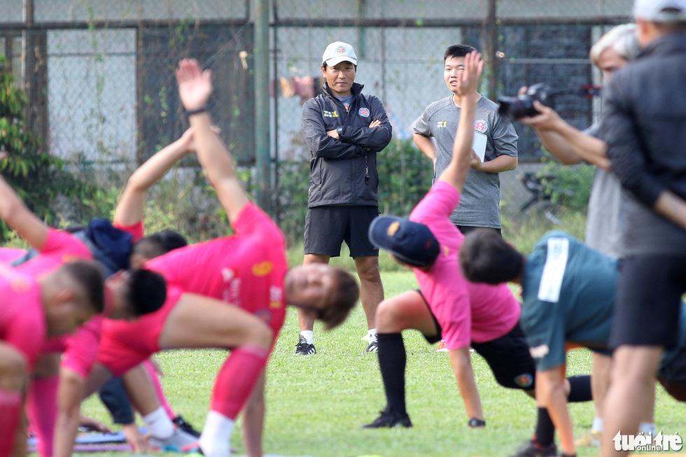 CLB Sài Gòn gây bất ngờ ở vị trí chỉ đạo trong buổi tập khai xuân 2021 - Ảnh 9.