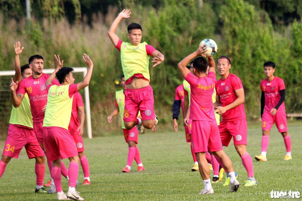 CLB Sài Gòn gây bất ngờ ở vị trí chỉ đạo trong buổi tập khai xuân 2021 - Ảnh 7.