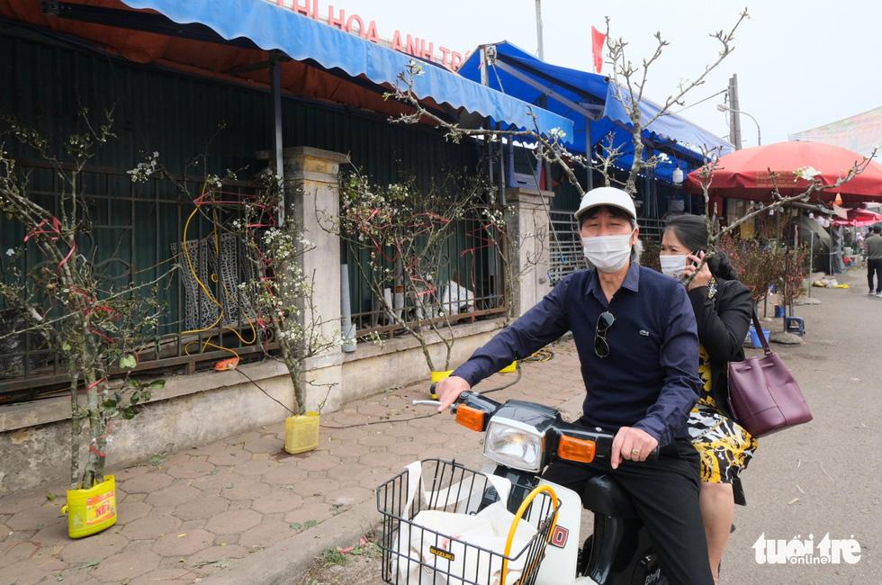 Ngẩn ngơ ngắm hoa lê trắng muốt xuống phố Hà thành - Ảnh 3.