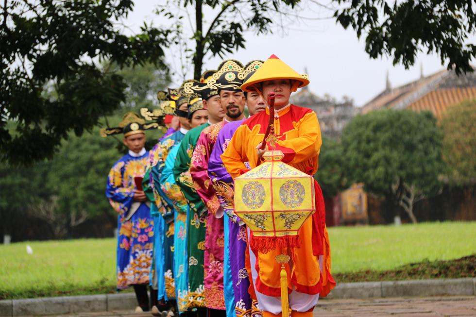 Tái hiện buổi thiết triều đầu năm trong hoàng cung Huế - Ảnh 3.