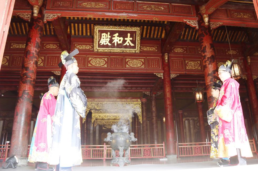 Tái hiện buổi thiết triều đầu năm trong hoàng cung Huế - Ảnh 5.