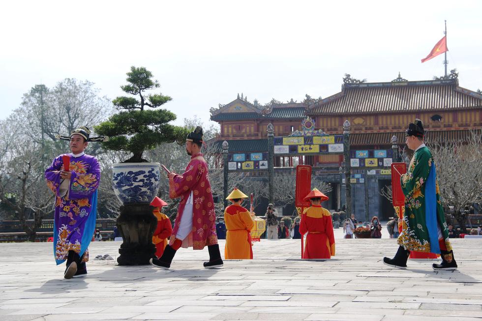 Tái hiện buổi thiết triều đầu năm trong hoàng cung Huế - Ảnh 4.