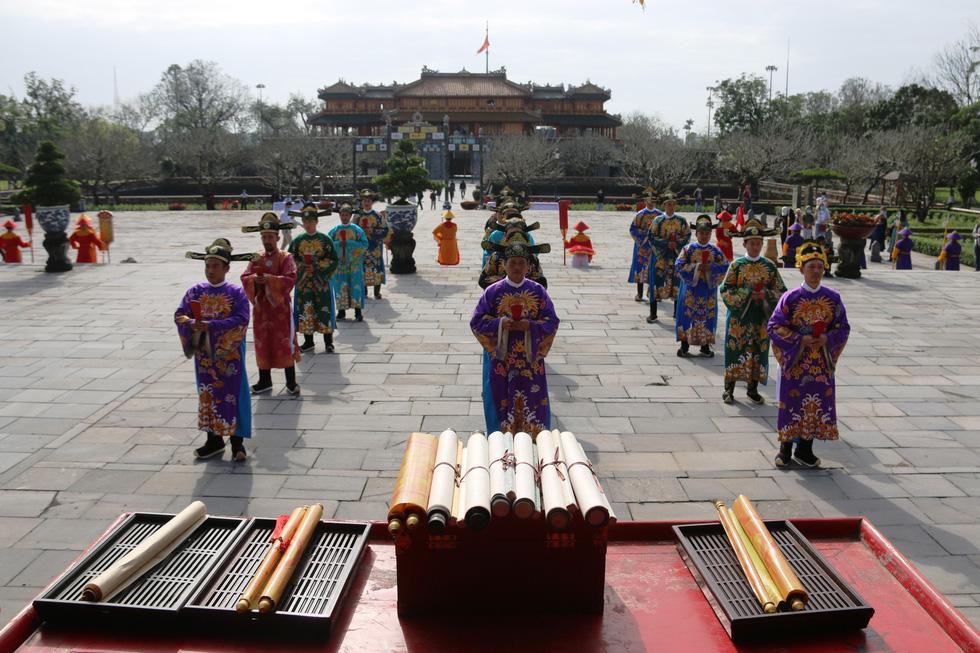 Tái hiện buổi thiết triều đầu năm trong hoàng cung Huế - Ảnh 2.