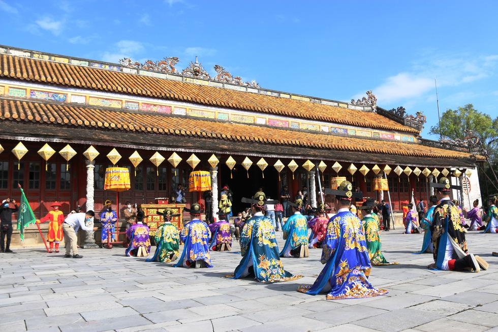 Tái hiện buổi thiết triều đầu năm trong hoàng cung Huế - Ảnh 1.