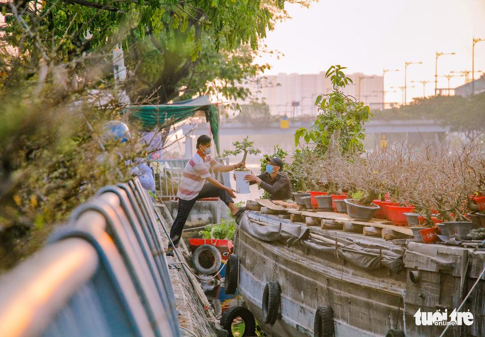 Thuyền hoa cập Bến Bình Đông chở tết đến Sài Gòn - Ảnh 2.