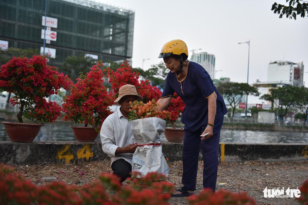 Thuyền hoa cập Bến Bình Đông chở tết đến Sài Gòn - Ảnh 14.