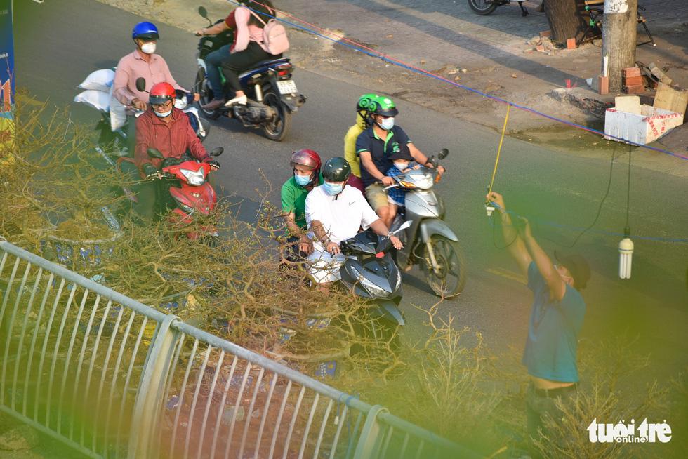 Thuyền hoa cập Bến Bình Đông chở tết đến Sài Gòn - Ảnh 4.