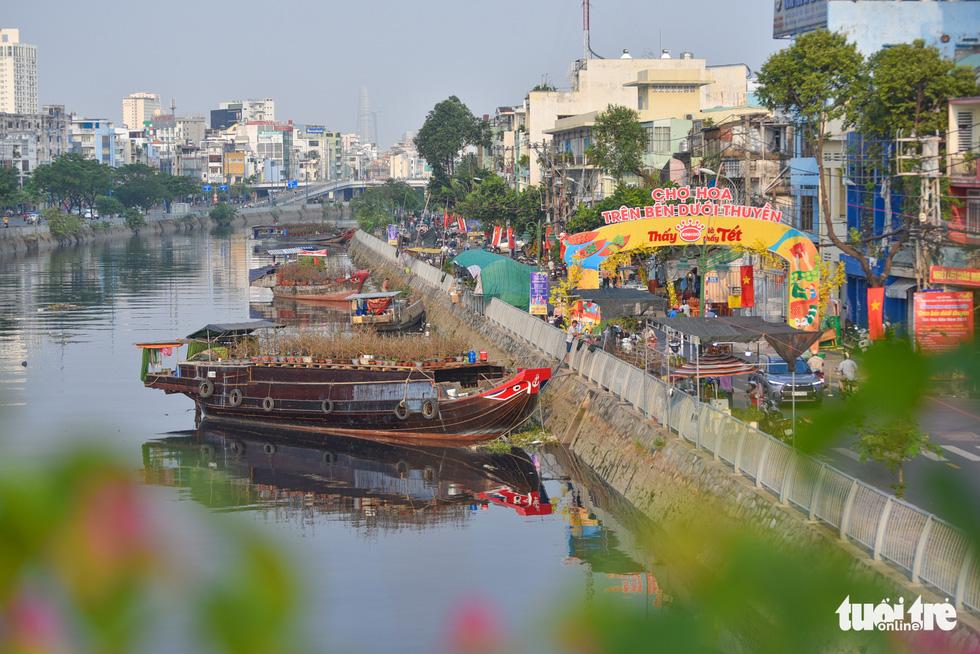 Thuyền hoa cập Bến Bình Đông chở tết đến Sài Gòn - Ảnh 15.